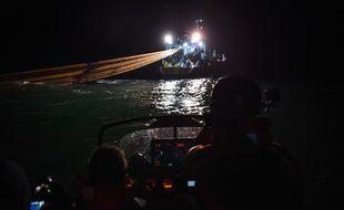 Des membres de l'ONG Sea Sheperd surveillent un bateau de pêche au travail dans le golfe de Gascogne, en janvier 2020.