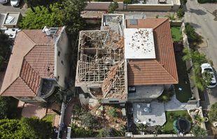 Une maison endommagée est photographiée dans un quartier résidentiel de la ville d'Ashkelon, dans le sud d'Israël, le 11mai 2021.