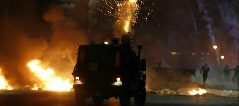 Des soldats israéliens tirent des gaz lacrymogènes sur des manifestants palestiniens dans une colonie juive près de Ramallah, en Cisjordanie, le 11 mai 2021.