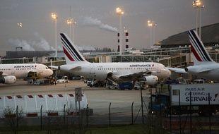 Des avions de la compagnie Air France, sur les pistes de l'aéroport Roissy Charles de Gaulle, le 3 décembre 2015.