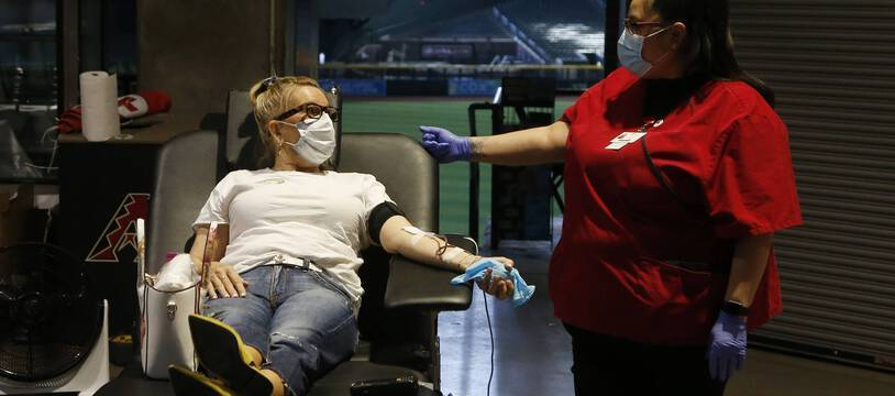 Une personne donne du sang lors d'une collecte à Phoenix, aux Etats-Unis.