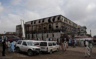 Les autorités pakistanaises ont accusé de meurtre les trois propriétaires de l'usine de textile de Karachi qui a pris feu mardi soir, causant la mort de 289 ouvriers, ont indiqué jeudi des sources policières.