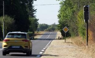 Photo du 23 août 2019 montrant une voiture roulant sur une route équipée d'un radar, à Nevoy.