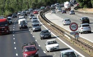 Des voitures circulent sur l'autoroute A7, le 4 juillet 2008 en périphérie de Lyon.