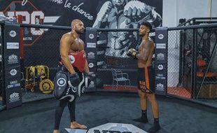 Denis Bouanga, ici lors d'un entraînement de boxe en juin à Saint-Chamond (Loire) aux côtés de Sylvain Thomas.