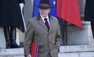 Le ministre de l'Intérieur Bernard Cazeneuve à la sortie du Conseil des ministres le 4 janvier 2016 à l'Elysée à Paris