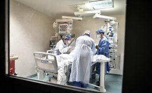 L'équipe médicale dans le service de réanimation de l'hôpital Pellegrin à Bordeaux le 22 septembre 2020.