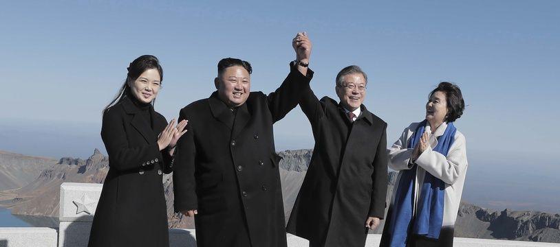 Kim Jong-un, Moon Jae-in et leurs épouses au sommet du mont Paektu, le 20 septembre 2018.