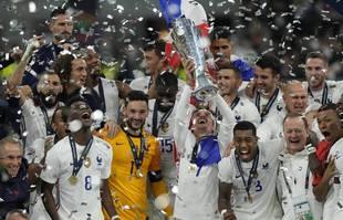 Les joueurs français célèbrent leur victoire à l'issue de la finale de l'UEFA Nations League entre la France et l'Espagne au stade San Siro, à Milan, en Italie, le dimanche 10 octobre 2021.