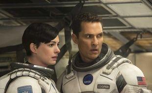 Ann Hathaway et Matthew McConaughey dans Interstellar de Christopher Nolan.
