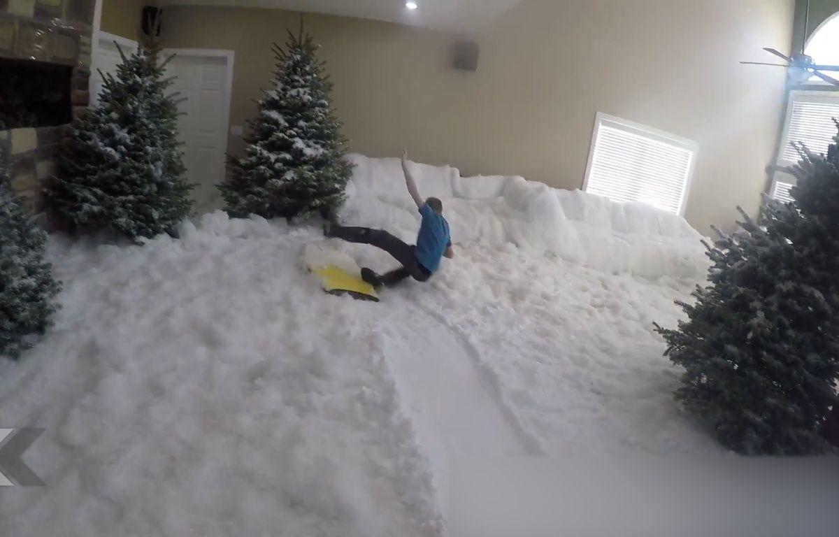 Glisser sur de la neige dans un salon, le grand luxe. – Le Rewind (Vidéo)