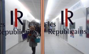 Illustration de la porte du siège du parti Les Républicains à Paris, le 29 novembre 2016