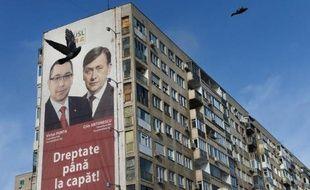 Les Roumains votent dimanche pour élire leur Parlement et devraient donner une large victoire à la coalition de centre gauche au pouvoir mais la cohabitation avec son rival le président Traian Basescu fait craindre de nouveaux soubresauts dans un des pays les plus pauvres d'Europe.