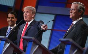 Les candidats à la primaire républicaine Scott Walker, Donald Trump et Jeb Bush, lors du premier débat télévisé, le 6 août 2015.
