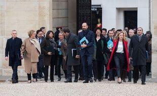Edouard Philippe, premier ministre, entouré de ses ministres, arrivent à pied à l'Elysée pour un conseil des ministres, le 4 janvier 2018 à Paris