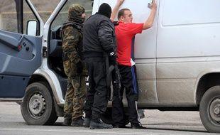 Des hommes armés et cagoulés patrouillent dans les rues de Crimée, le 28 février 2014.