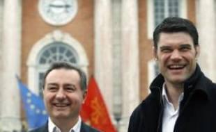 Fabien Pelous, l'ex-capitaine du XV de France et 2e ligne du Stade toulousain, a été présenté mercredi par le maire centriste apparenté UMP de Toulouse, Jean-Luc Moudenc, comme l'un de ses colistiers pour l'élection municipale.