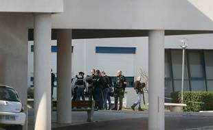 Des policiers se tiennent devant le lycée de Grasse où a éclaté une fusillade, jeudi 16 mars.
