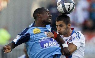 Le Brestois Oscar Ewolo au duel avec le Lyonnais MAxime Gonalons, le 21 août 2010, à Lyon.