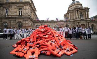 348 gilets de sauvetage, un par sénateur, ont été déposés par un collectif devant le palais du Luxembourg, le 19 juin 2018.