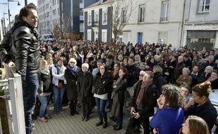 Des travailleurs sociaux de Loire-Atlantique sont venus rendre hommage à un éducateur mort poignardé la semaine précédente, devant les locaux de la protection de l'enfance de Nantes, le 23 mars 2015