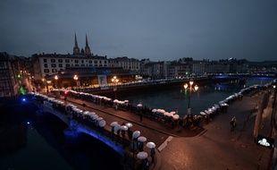 Environ 2.000 personnes ont formé une chaîne humaine à Bayonne en faveur des prisonniers basques