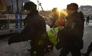 Des policiers russes arrêtent un manifestant en gilet jaune dimanche 16 décembre devant le siège des services secrets russes.