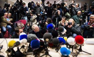 Des journalistes à la conférence du procureur du Roi, le 22 novembre 2015, après l'arrestation de seize personnes par la police belge dans le cadre de l'enquête sur les attentats du 13 novembre à Paris.
