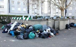 Dans la métropole de Lyon, les poubelles débordent en raison de la grève des éboueurs, comme ici à Pierre-Bénite.