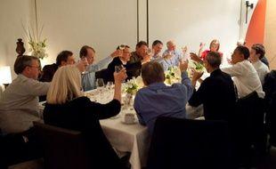 Barack Obama, lors d'un dîner à San Francisco, notamment en compagnie de Steve Jobs (à sa gauche) et Marl Zuckerberg (à sa droite).