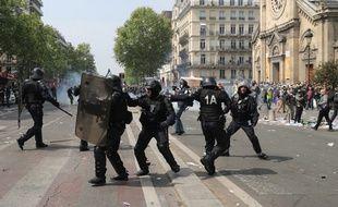 Des policiers à Paris lors des manifestations du 1er mai.