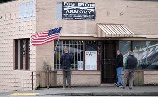 Des clients attendent l'ouverture d'une armurerie dans l'Oregon le 26 mars 2020.