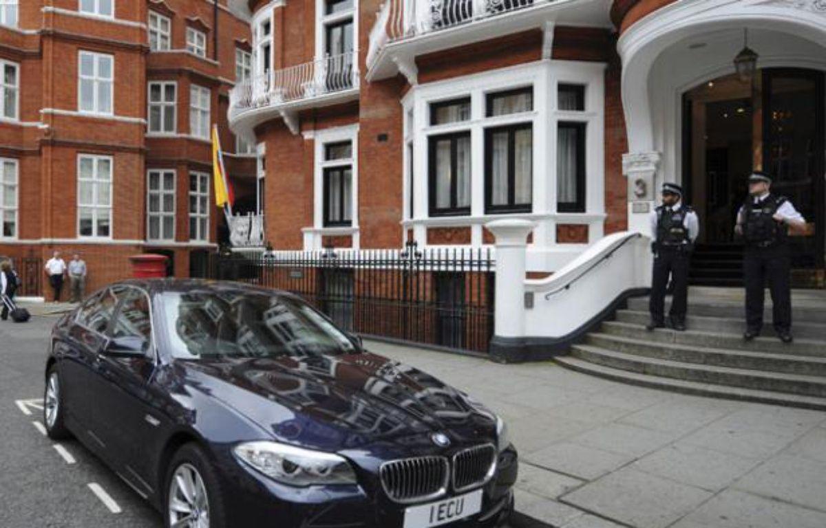 Des policiers britanniques devant l'ambassade de l'Equateur à Londres, le 16 août 2012. – K. PRICE / REUTERS