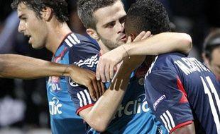 Pjanic embrasse Michel Bastos, unique buteur face à Schalke, le 14 septembre 2010