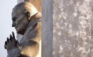 La statue controversée du pape Jean Paul II à Ploërmel, dans le Morbihan.