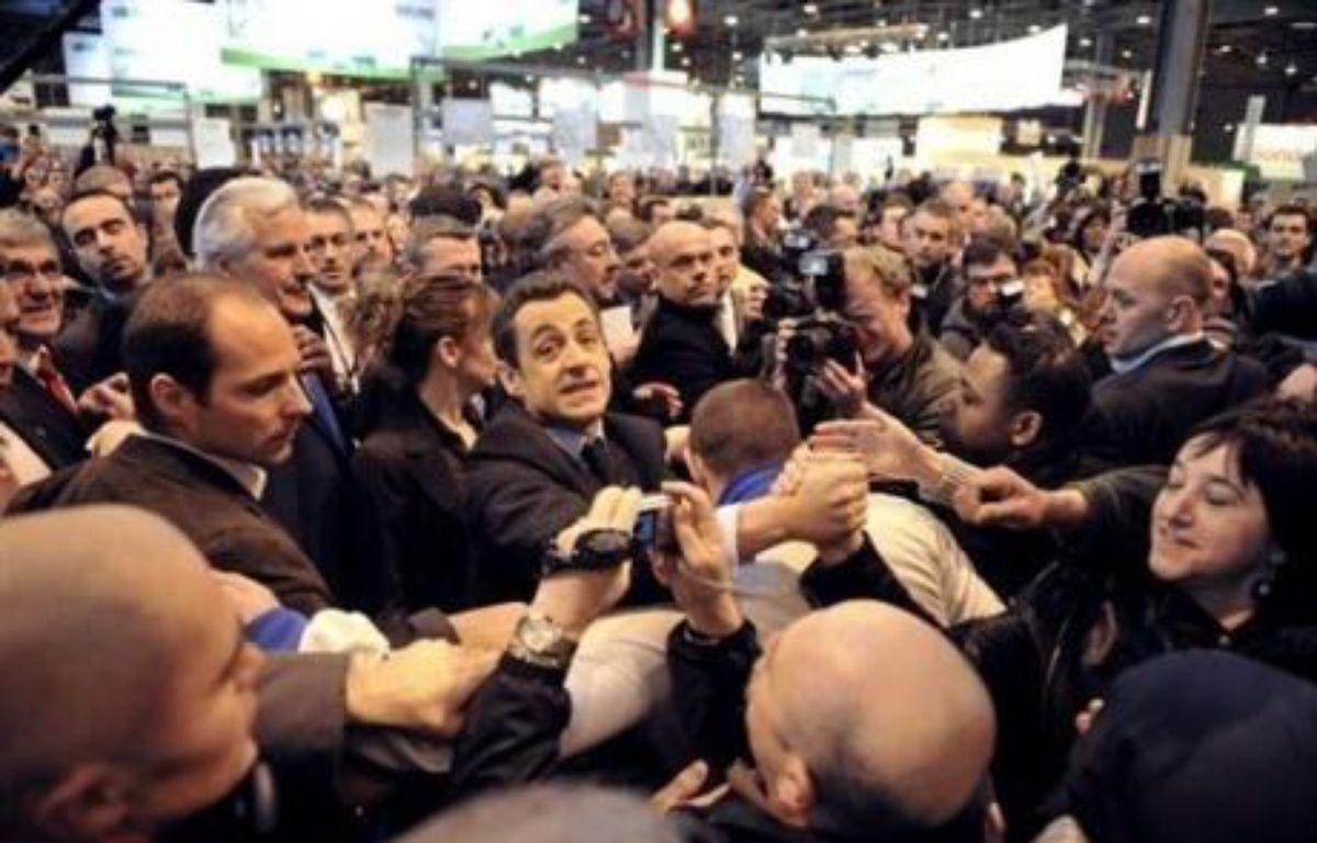 """L'opposition a fustigé son dérapage verbal -le """"casse toi, pauvre con"""", de Nicolas Sarkozy, lancé à un visiteur au Salon de l'agriculture 2008. – Eric Feferberg AFP"""