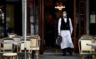 Un serveur masqué dans un bar parisien, le 15 juin 2020.