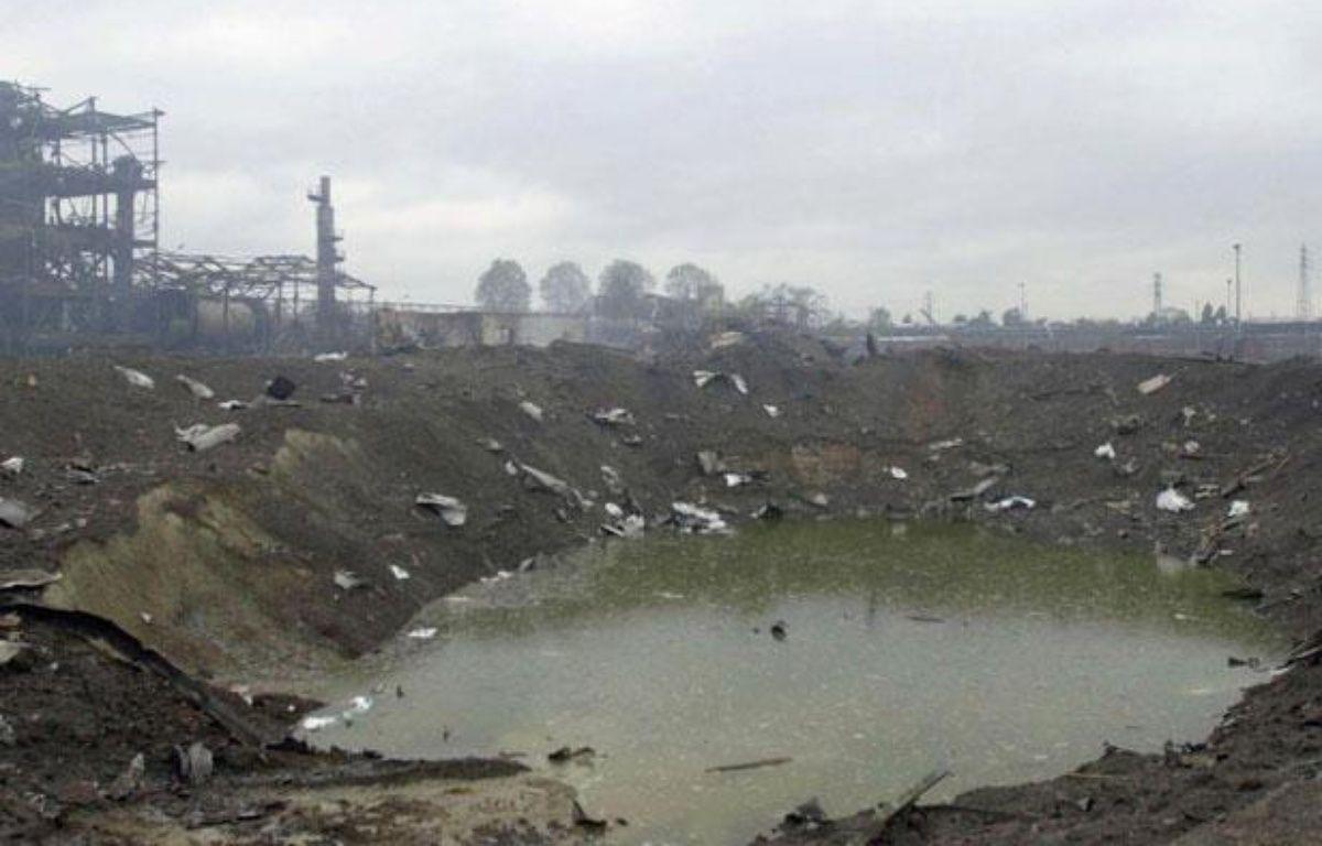 Photo du cratère formé à la suite de l'explosion de l'usine AZF de Toulouse, prise le 23 septembre 2001. – AFP