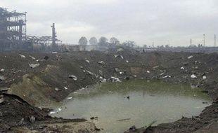 Photo du cratère formé à la suite de l'explosion de l'usine AZF de Toulouse, prise le 23 septembre 2001.