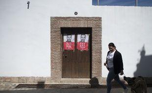 Paurata, le 28 Avril 2019. Une femme marche devant un bureau de vote où est affiché un portrait du Premier minstre espagnol, Pedro Sanchez.