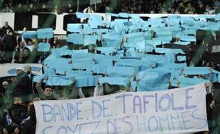 Les supporters marseillais déploient une banderole face à Arles-Avignon, le 5 février 2011.