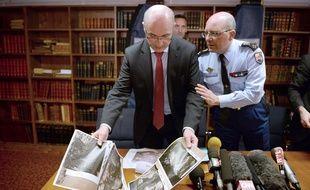 Le procureur Brice Robin et le général David Galtier montrent des photos  e la deuxième boite noire de l'A320.