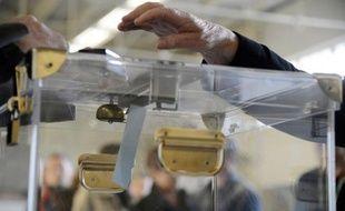 Dans toutes les communes, les panneaux électoraux ont à nouveau fleuri. Le record est détenu par la 8e circonscription de Paris (dans le XIIe arrondissement) où s'affrontent 23 candidats.