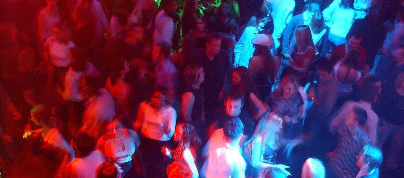 Une soirée en discothèque. Illustration.