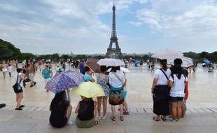 Des touristes devant la Tour Eiffel