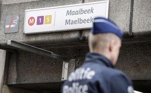 Un policier belge devant l'entrée de la station de métro Maelbeek, à Bruxelles.