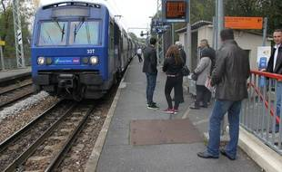 Le 28 octobre 2014, des voyageurs du RER C attendent leur train à la station Gravigny-Balizy.