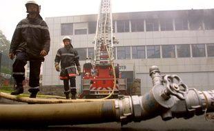 Des pompiers devant le centre des impôts de Morlaix, incendié lors d'une manifestation agricole en septembre 2014.