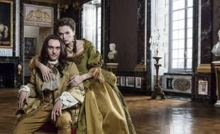 Dans la saison 2, Madame de Montespan (Anna Brewster), la favorite de Louis XIV (George Blagden), gagne en influence sur lui.