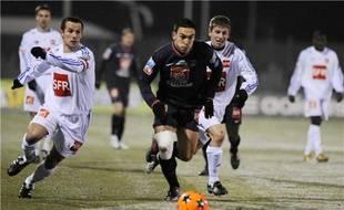 L'attaquant du PSG Mevlut Erding à la lutte avec deux joueurs de Vesoul, mardi 9 février 2010 lors du 8e de finale de la coupe de France